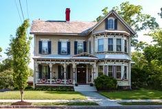 Det gammalmodiga viktorianska huset med skalningsmålarfärg prydas all ut för 4th Juli eller Memorial Day i USA Royaltyfri Foto