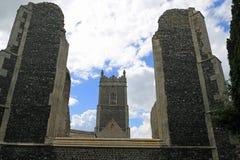 Det gammalt och det nytt, kyrka för St Andrew ` s, Walberswick Arkivfoto