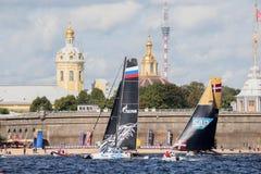 Det Gazprom laget och katamaran för det SAP extrema seglinglaget på extrema segla katamaran för seriehandling 5 springer Royaltyfri Fotografi