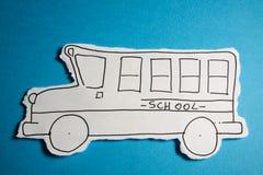 Det GJORDA BARNET SKISSAR, skolbussdrawblack på white Arkivfoto