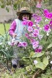 Det glade förskolebarnet som tycker om lukta organiska blommor i hem, arbeta i trädgården Royaltyfri Fotografi
