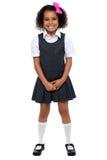 Det gladlynt barn lurar i skyddsförklädeklänning Royaltyfri Fotografi