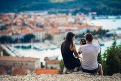 Det gladlynta barnet kopplar ihop att ha ett datum för fälttur Cityscapesight, sjösidaloppsemester Resa i Europa royaltyfri foto