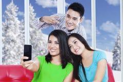 Det gladlynta folket tar självfotoet hemma Fotografering för Bildbyråer