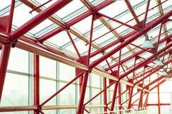 Det glass taket av byggnaden med metallstrukturer Royaltyfria Bilder