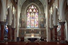 Det gotiska domkyrkafönstret erbjuder ljus till det troget royaltyfria bilder