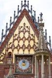 Det gotiska Wroclaw gamla stadshuset med kolonnen ställer vid skampålen på marknadsfyrkanten, Wroclaw, Polen Royaltyfri Bild
