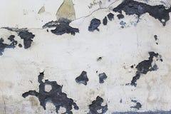 det gråa huset av målarfärg och gamla smutsar ner murbruk med sprickor Royaltyfri Fotografi