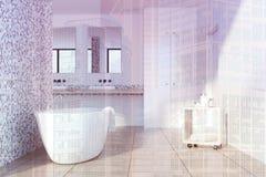 Det gråa tegelplattabadrummet, vit badar tonat Royaltyfria Foton