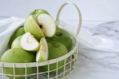 Det gröna äpplet i en korg för healthybantar fotografering för bildbyråer