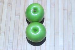 Det gröna äpplet och halvan med frö gör grön äpplet Arkivfoto
