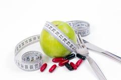Det gröna äpplet och vitaminer som är healty bantar Royaltyfria Foton