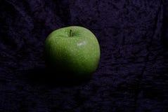 Det gröna äpplet smakar surt och bra royaltyfria foton