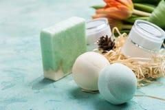 Det gröna badet bombarderar och soap med SPA produkter Royaltyfria Foton