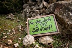 Det gröna handskrivna tecknet som ligger på jordordstäven ingen förorening, är lösningen fotografering för bildbyråer