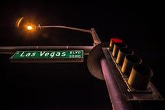 Det gröna Las Vegas Blvd vägmärket med den ljusa polen i natten scen arkivbild