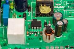 Det gröna mång- lagret skrivev ut brädet för den elektroniska strömkretsen med mikrokontrolleren Arkivbild