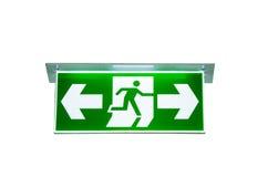 Det gröna tecknet för den nöd- utgången vägen att fly isolerade snabbt PA royaltyfria bilder
