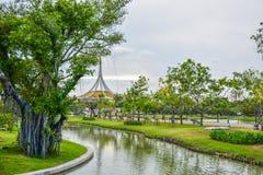 Det gröna trädet och sjön parkerar in Royaltyfri Foto