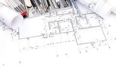 Det grafiska planet av den lägenhetrum och ritningen rullar med drawi arkivfoto