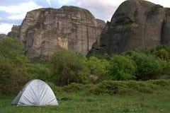 Det grekiska meteoraberget vaggar klippaklättrare Arkivfoto