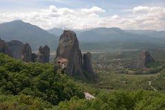 Det grekiska meteoraberget vaggar klippaklättrare Royaltyfria Bilder