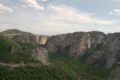 Det grekiska meteoraberget vaggar klippaklättrare Royaltyfri Bild