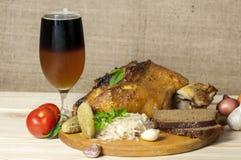 Det grillade grisköttbenet tjänade som med surkålen och skivade öl Royaltyfri Fotografi