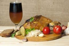 Det grillade grisköttbenet tjänade som med surkålen och skivade öl Arkivbild