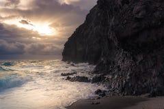 Det grova havet mot vaggar arkivfoton