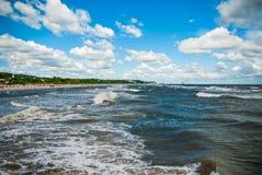 Det grova havet på östliga havsmoln för den tyska kusten sätter på land vatten Arkivbild