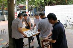Det Guangzhou folket gillar att spela kinesiskt schack Royaltyfri Bild