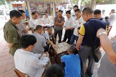 Det Guangzhou folket spelar kinesiskt schack vid vägen Fotografering för Bildbyråer