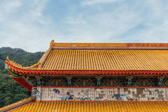 Det gula taket av Keken Lok Si Temple är en buddistisk tempel i Penang och är en av de bästa bekanta templen på ön arkivfoton
