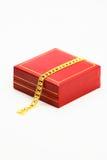 Det guld- armbandet och gåvor boxas royaltyfri fotografi