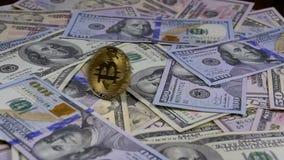 Det guld- Bitcoin myntet BTC roterar, vrider, att virvla runt, rotering och nedgångar på tabellen med dollar långsam rörelse stock video