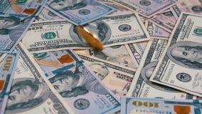 Det guld- Bitcoin myntet BTC roterar, vrider, att virvla runt, rotering och nedgångar på tabellen med dollar långsam rörelse lager videofilmer