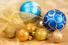 Det guld- julpyntet och blått klumpa ihop sig Arkivfoton
