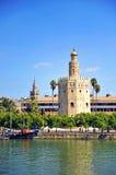Det guld- tornet, det Giralda tornet och Guadalquivir flod i Seville, Spanien fotografering för bildbyråer