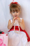 Det gulliga barnet med ett pärlemorfärg halsband Royaltyfria Foton