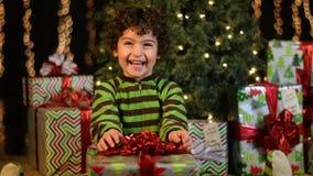 Det gulliga barnet mottar julklapp stock video