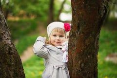 Det gulliga barnet sken med lycka, charmigt leende royaltyfria foton