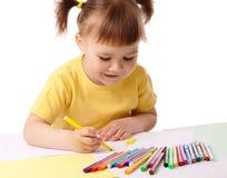 det gulliga barnet tecknar filtpennspets arkivbilder