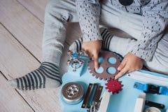 Det gulliga lilla barnet behandla som ett barn att spela med det hemmastadda upptagna brädet Fotografering för Bildbyråer