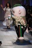 Det gulliga lilla monstret Wuba och formgivaren Vivienne Tam går landningsbanan Royaltyfria Foton