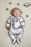 Det gulliga spädbarnet behandla som ett barn flickan som skissas som astronaut arkivfoto