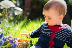 Det gulliga spädbarnet behandla som ett barn pojken Royaltyfria Foton