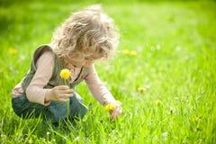 det härliga barnet blommar hackor fotografering för bildbyråer