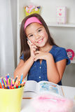 Det härliga barnet skolar flickan som talar på telefonen Arkivfoton