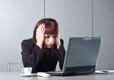 det härliga behind affärskvinnaskrivbordet får tröttat Royaltyfri Bild